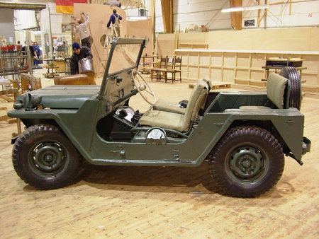 milit r jeep mit zweifachem elektroantrieb mat con. Black Bedroom Furniture Sets. Home Design Ideas